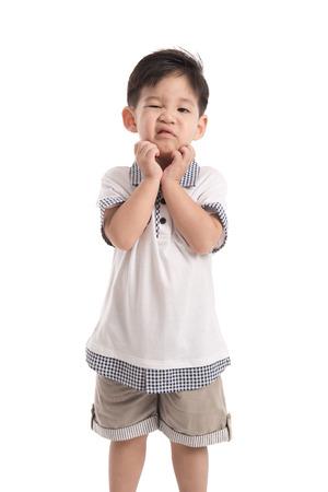 Schattig Aziatisch kind krassen op witte achtergrond geïsoleerd