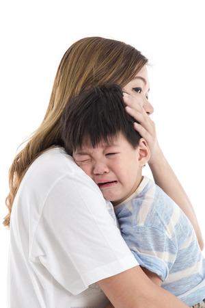 ojos llorando: Asia madre consolando a su hijo llorando sobre fondo blanco aislado