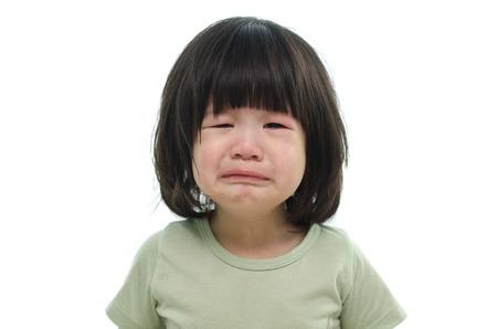 ojos tristes: Cierre de lindo bebé asiático llorando sobre fondo blanco aislado Foto de archivo
