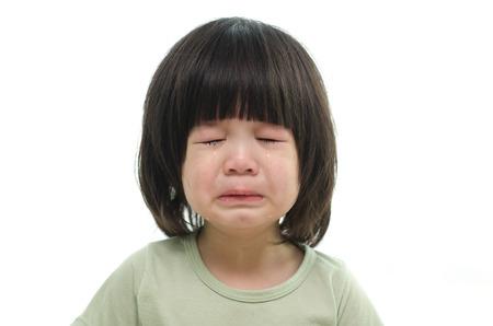 bambino che piange: Primo piano di cute bambino asiatico che grida su sfondo bianco isolato Archivio Fotografico
