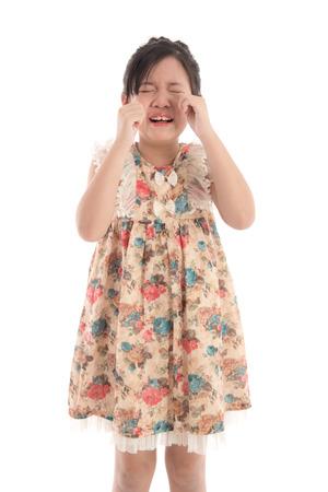 ojos llorando: muchacha asiática llorando en el fondo blanco aislado