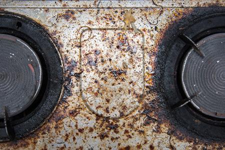 부엌에서 아주 더러운 가스 버너의 닫습니다 스톡 콘텐츠