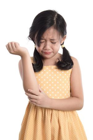 fille pleure: Belle fille asiatique pleurer sur fond blanc isolé