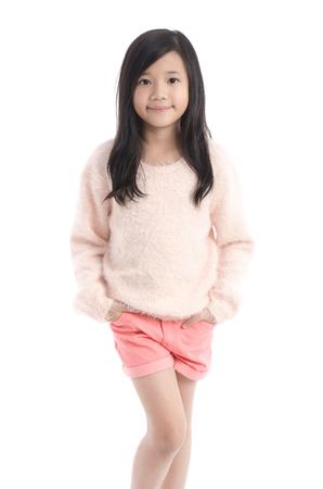 sueter: Hermosa niña asiática de pie en el fondo blanco aislado Foto de archivo
