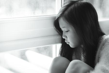 niños tristes: Retrato de asia hermosa niña triste en la ventana, filtro de la vendimia