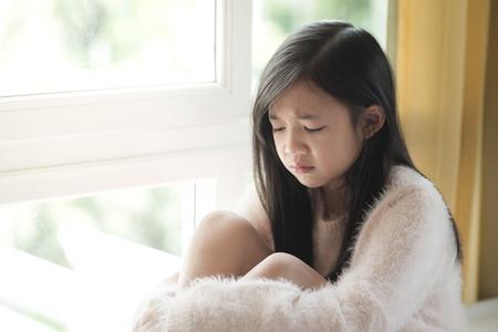 Portrait der asiatischen schöne traurige Mädchen am Fenster, vintage Filter Standard-Bild - 46996149