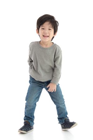 分離した白い背景に幸せな少年アジア