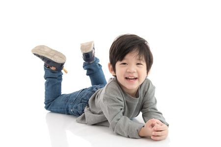 Carino ragazzo asiatico sdraiato su sfondo bianco isolato Archivio Fotografico - 47640998