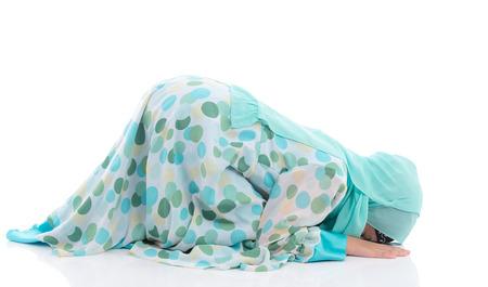femmes muslim: Belle asiatique fille musulman prier sur fond blanc isolé
