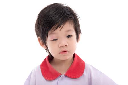 Leuk Aziatisch kind met een gezweld ooglid op witte geïsoleerde achtergrond Stockfoto