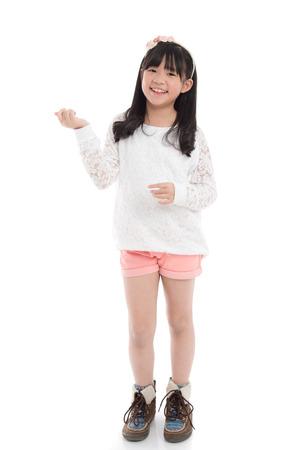 分離した白い背景の上で踊って美しいアジアの少女