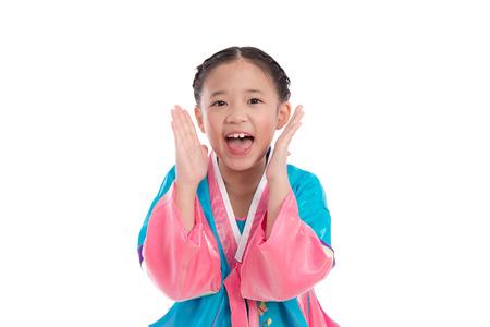 niÑos hablando: Asia chica en traje tradicional coreano gritando en voz alta sobre fondo blanco aislado Foto de archivo