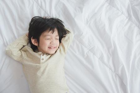Schattig Aziatisch kind liggend op witte bed