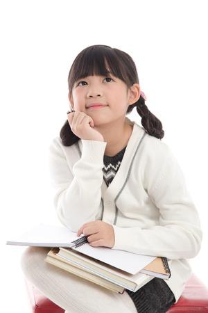 Mooi Aziatisch meisje denken op een witte achtergrond geïsoleerde