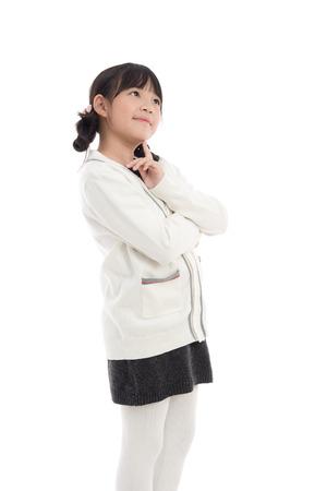Schöne asiatische Mädchen auf weißem Hintergrund Denken isoliert Standard-Bild