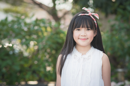 幸せのアジアの女の子が公園で楽しんで
