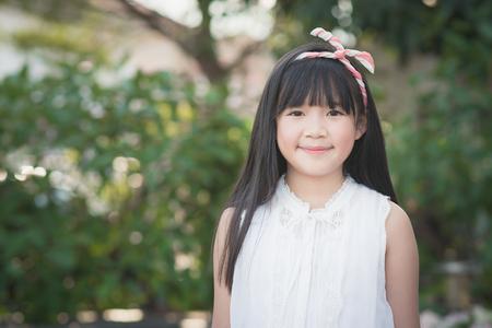 Gelukkig weinig Aziatische meisje plezier in het park Stockfoto