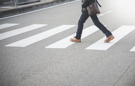 paso de cebra: Hombre caminando en paso de peatones en Jap�n