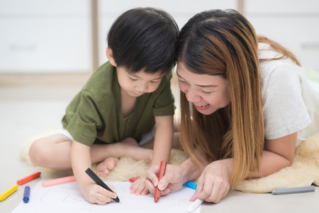 Asian family drawing picture with crayons Zdjęcie Seryjne - 61504223