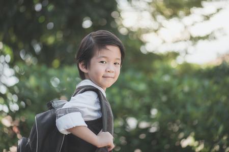 バックパックはアウトドア、学校コンセプトに戻るとアジア学生の肖像画