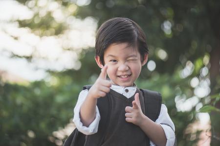 Portret van Aziatische student met rugzak buiten, terug naar school concept