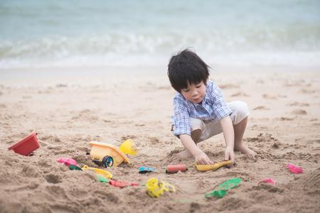 Cute azjatyckich dziecko bawiące się na plaży Zdjęcie Seryjne