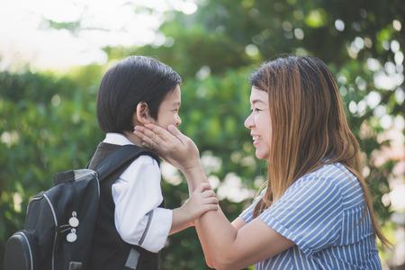Aziatische moeder afscheid van haar zoon toen hij vertrekken naar school, terug naar school concept Stockfoto
