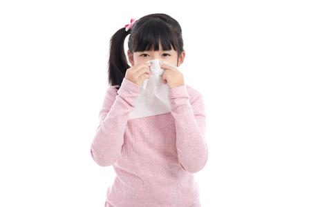Mooi Aziatisch meisje blaast haar neus op een witte achtergrond geïsoleerde Stockfoto
