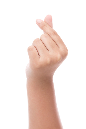 Les mains de l'enfant faisant une forme de coeur avec deux doigts sur un fond blanc isolé, le style coréen Banque d'images - 64199409