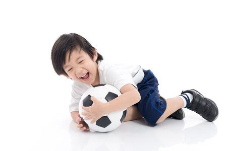 Leuk Aziatisch kind met voetbal op witte geïsoleerde achtergrond Stockfoto