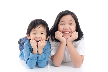Cute niños asiáticos mentir sobre fondo blanco aislado Foto de archivo - 72249735