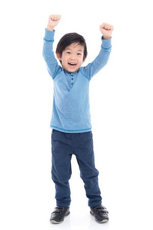 흰색 배경에 고립에게 귀여운 아시아 어린이를 보여주는 승자 기호