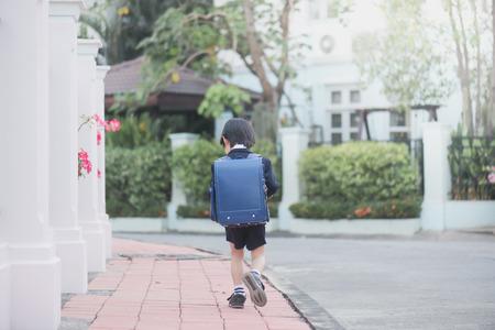 배낭 야외, 다시 학교 개념을 가진 아시아 학생의 초상화 스톡 콘텐츠