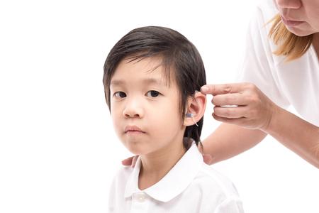 의사 보청기 삽입 소년의 귀에