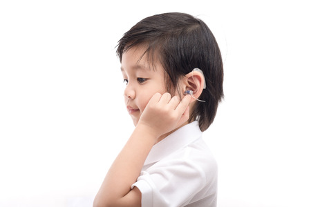 分離された白地補聴器児のかわいいアジア