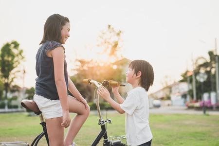 屋外の幸せな子供の肖像 写真素材
