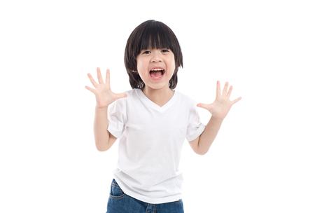 かわいいアジアの子は、驚きと分離した白い背景のそれについて幸せそう