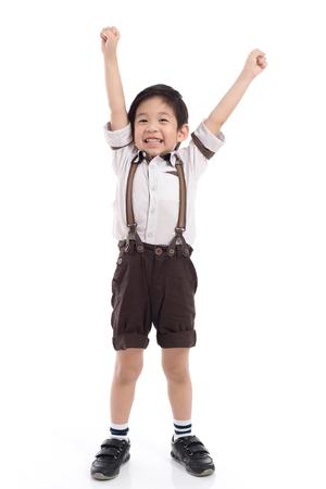 고립 된 흰색 배경에 승자 기호를 보여주는 귀여운 아시아 아이
