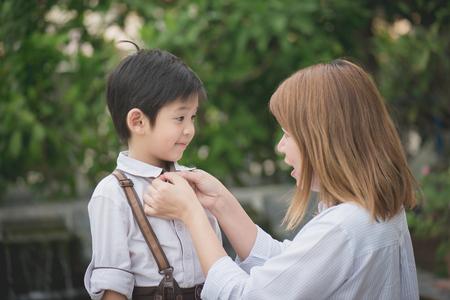 Madre asiática decir adiós a su hijo como él ir a la escuela, de nuevo a concepto de la escuela Foto de archivo - 78278820