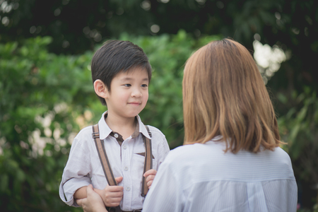 그는 학교 개념에 다시 학교로 떠날 작별 그녀의 아들에 말 아시아 어머니