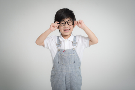 회색 배경에 웃 고 안경을 행복 한 아시아 아이 스톡 콘텐츠 - 81606648