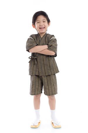 分離された白地の着物にアジアの少年の幸せ