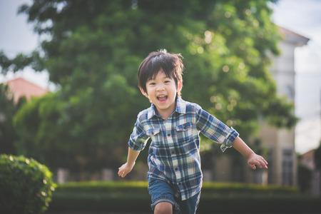 アジアの子供が公園で遊んで