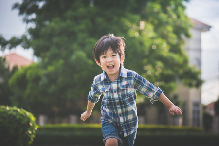 Aziatisch kind spelen in het park Stockfoto