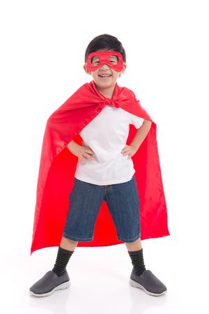 Portret van Aziatisch kind in Superhero's kostuum op witte achtergrond geïsoleerd