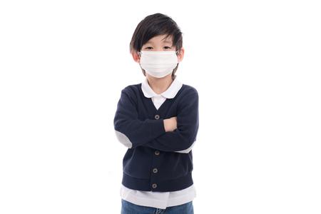 Aziatisch kind met beschermingsmasker op witte geïsoleerde achtergrond Stockfoto