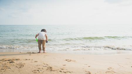 Back of Cute asian boy playing on the beach Фото со стока - 87489762