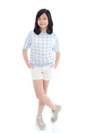 belle fille asiatique debout sur fond blanc isolé