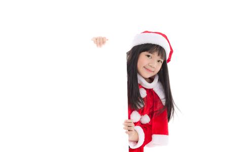 절연 흰색 배경에 큰 흰색 포스터와 산타 클로스 제복 아름다운 아시아 여자