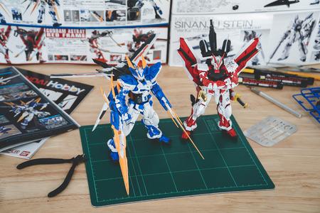 BANGKOK, THAILAND - August 9, 2018 :Plastic  model o(MG) Gundam Astray Red Frame kai &Gundam Blue Frame D Banco de Imagens - 108214705